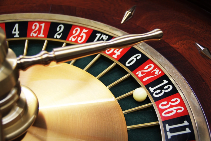 Online Casinos vs Live Casinos: The Pros and Cons of Each