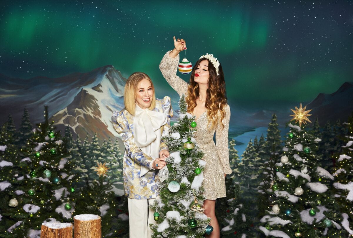 CATHERINE O'HARA AND ANNIE MURPHY IN HUDSON'S BAY 2020 HOLIDAY CAMPAIGN A CALL TO JOY. PHOTO: HUDSON'S BAY