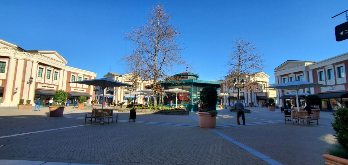 Large Plaza with Caffe Artigiano in the middle at McArthur Glen Vancouver