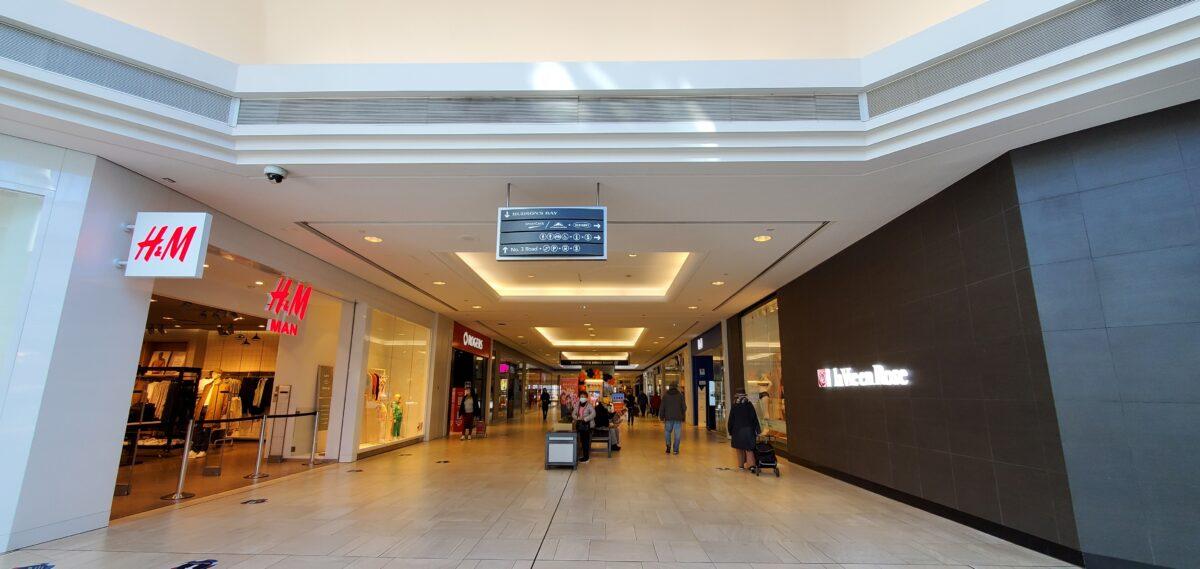 Richmond Centre corridor between H&M and la Vie en Rose.